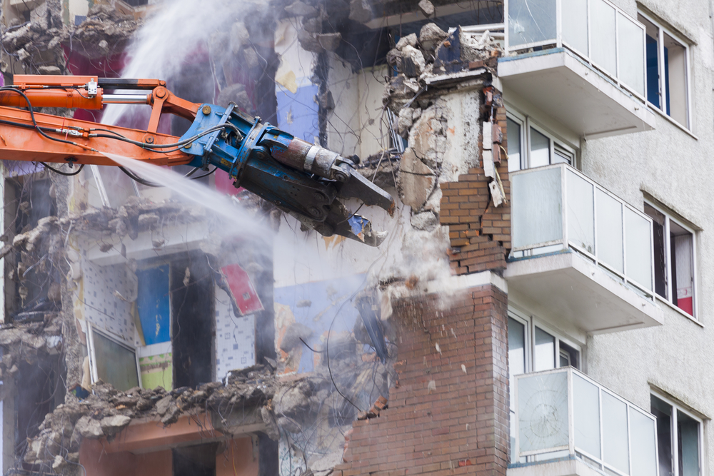 Construction work demolishing high rise flats (źródło Depositphotos)